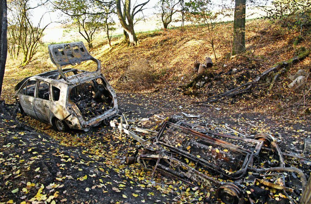Das Wrack des Wohnwagens stand noch wochenlang im Wald. Foto: Oliver von Schaewen