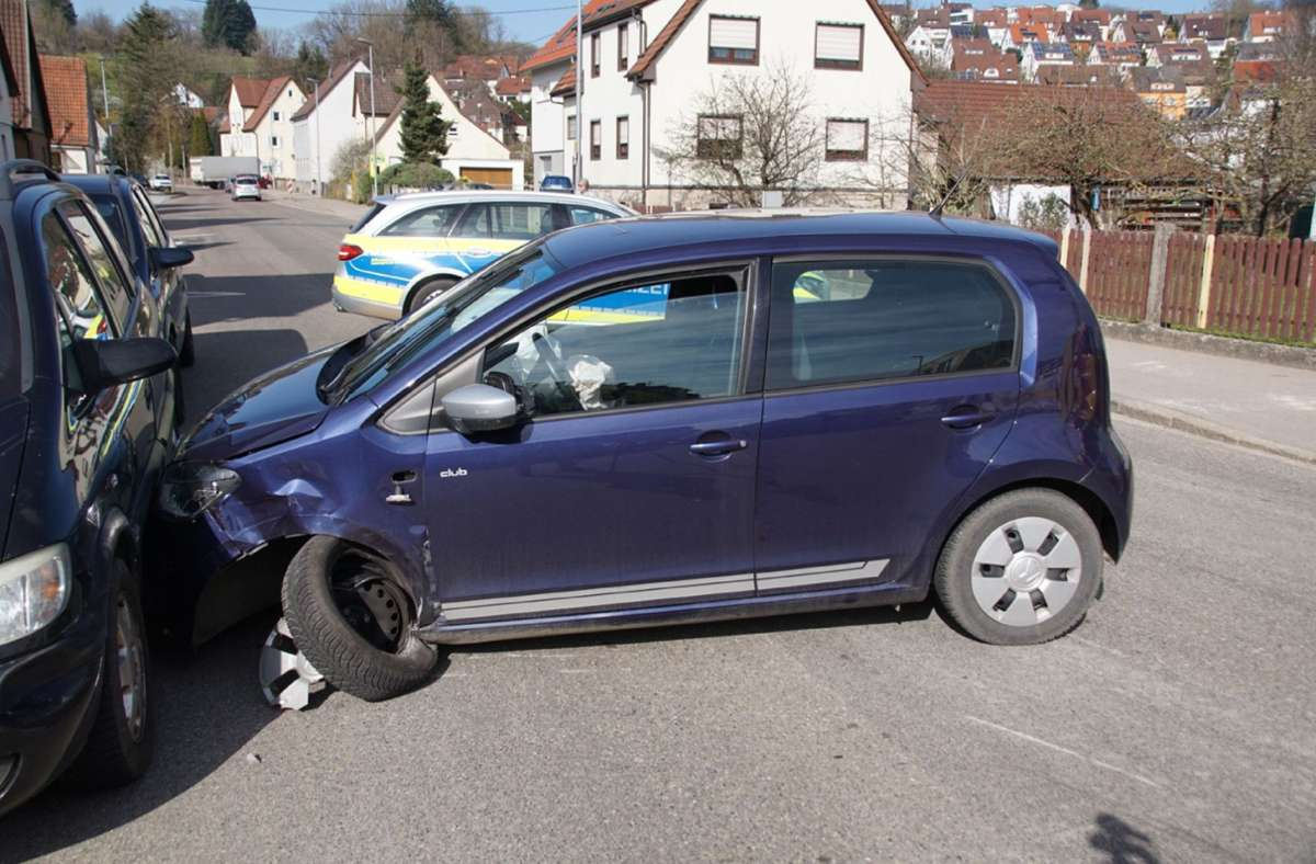 Während der Unfallaufnahmen musste die Stuttgarter Straße in beide Fahrtrichtungen voll gesperrt werden. Foto: SDMG / Boehmler