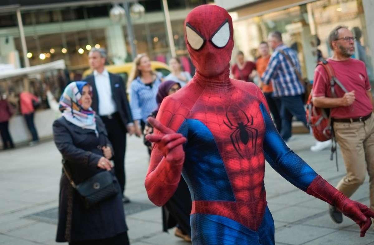 Je voller die Straßen, desto besser läuft das Geschäft für den Mann im Superhelden-Kostüm. Die Pandemie macht in quasi arbeitslos – auch wegen des vorgeschriebenen Sicherheitsabstands (Archivbild). Foto: Lichtgut/Max Kovalenko