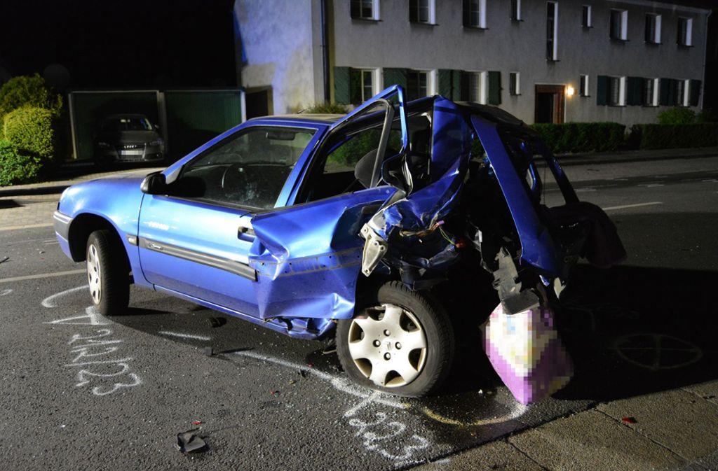 """Zeugen haben laut Polizei ausgesagt, dass die Fahrer des Mercedes und des Range Rovers im Stadtgebiet von Moers """"richtig Gas gegeben und stark beschleunigt"""" hätten. Der Citroën der 43-Jährigen wurde mit voller Wucht getroffen. Foto: Kreispolizeibehörde Wesel/Polizeipräsidium Duisburg"""