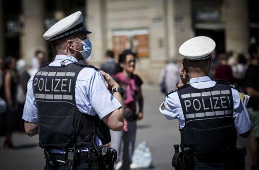 """""""Querdenken"""" – Hunderte Menschen gehen für Grundrechte auf die Straße"""