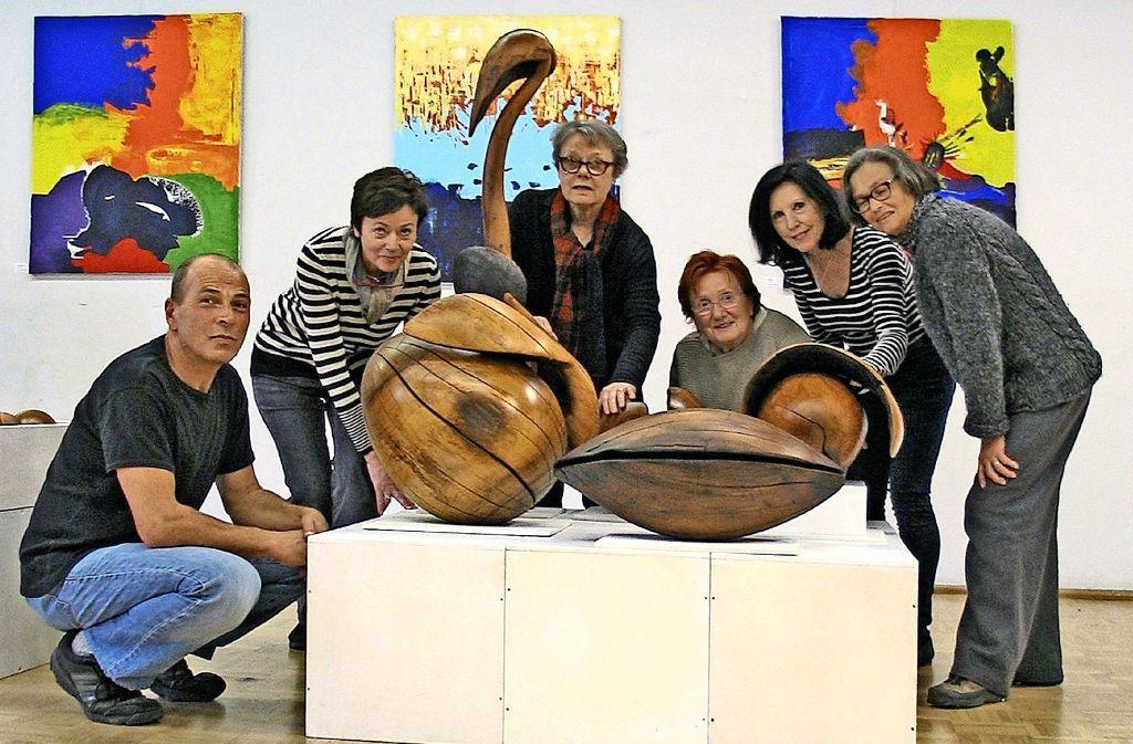 Die ausstellenden Künstler posieren um Skulpturen von Tobias Hauser. Im Hintergrund  sind  Bilder von Gertrud Wurth zu sehen. Foto: Susanne Müller-Baji