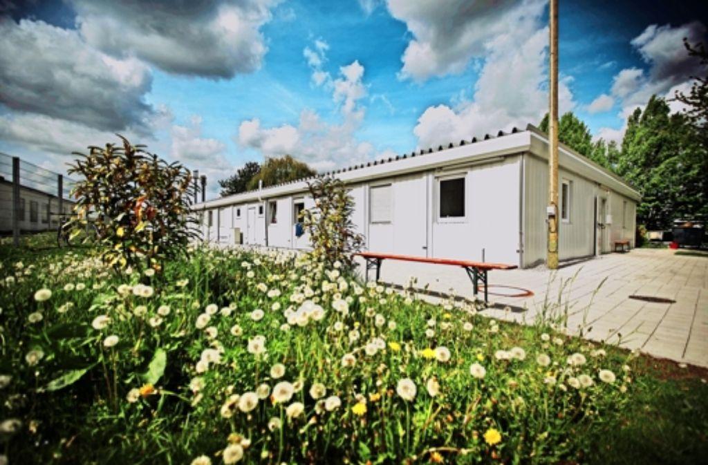 """Der Verein """"Fremde unter uns"""" kritisiert die Zustände in einem Containerdorf  beim Waiblinger Bahnhof. Foto: Gottfried Stoppel"""