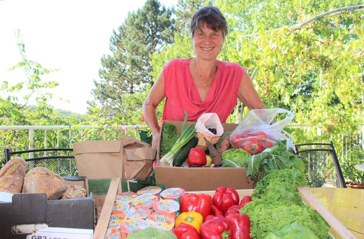 Annette Jickeli hat an diesem Morgen aussortierte Waren in einem Sillenbucher Laden abgeholt – auf dem Foto ist gerade mal ein Viertel davon zu sehen. Foto: Caroline Holowiecki