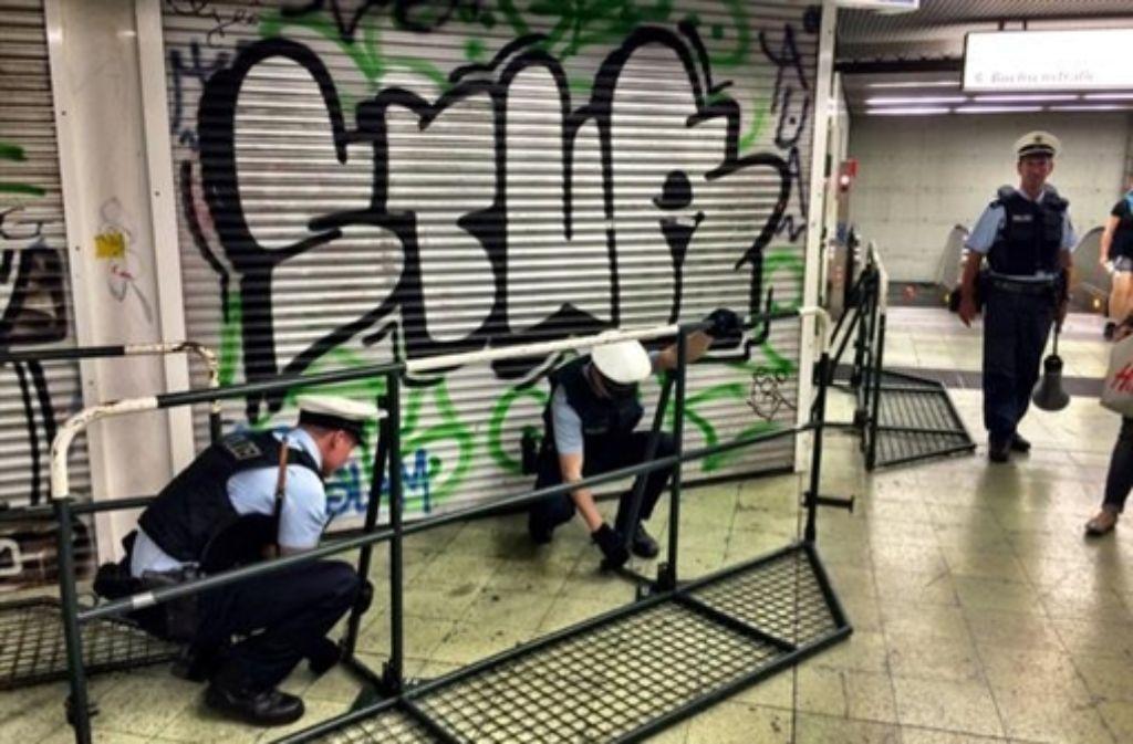 Unter anderem an der S-Bahn-Haltestelle Stadtmitte musste die Polizei wegen des großen Andrangs eine Blockabfertigung einrichten. Foto: Krohn