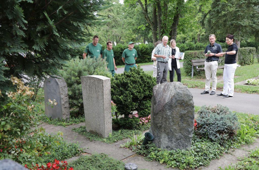 Besichtigung auf dem Kleinfeldfriedhof in Fellbach. Foto: Patricia Sigerist
