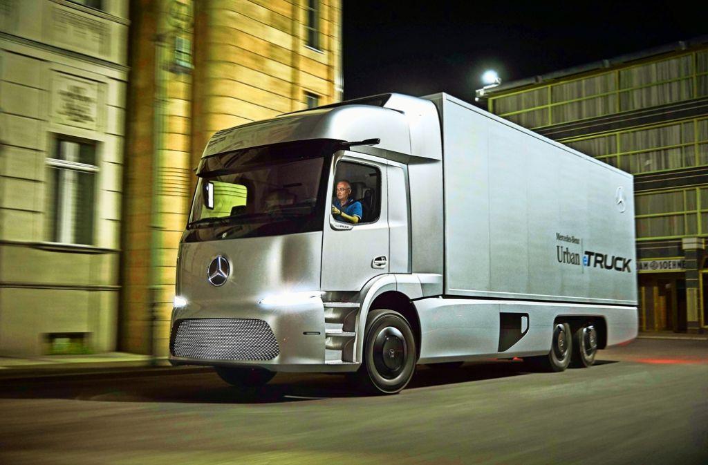 Der Mercedes-Lkw mit Elektroantrieb fährt lautlos durch die Nacht. Foto: Daimler