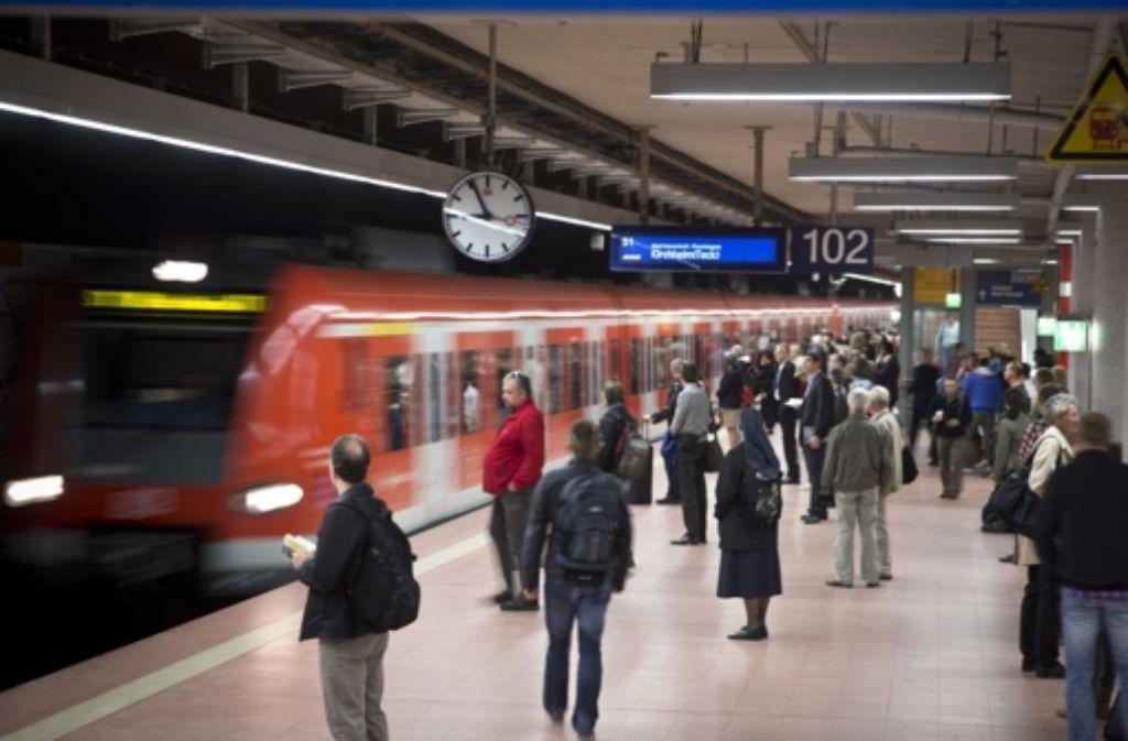 Der morgendliche Berufsverkehr in der S-Bahn wird am Freitagmorgen durch eine Signalstörung behindert. Foto: Achim Zweygarth