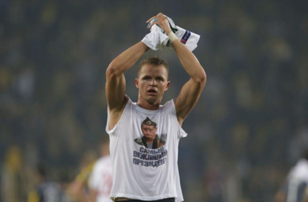 Politische Statements auf dem Rasen sind nicht zulässig: Dmitri Tarassow, Spieler bei Lokomotive Moskau, zeigt ein Putin-Bild auf seinem T-Shirt. Foto: AP