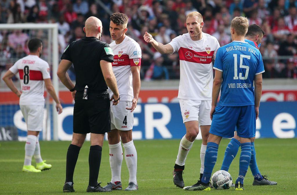 Holger Bastuber ist nach seinem Platzverweis außer sich. VfB-Kapitän Marc Oliver Kempf versucht noch auf Schiedsrichter Benedikt Kempkes einzuwirken. Foto: Baumann