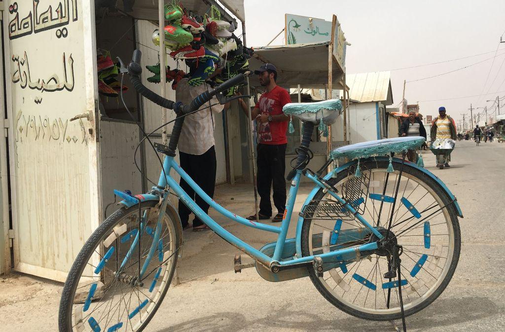 Auf der Hauptstraße des Zaatari-Camps gibt es nahezu alles zu kaufen – dieser Laden hat Fußballschuhe im Angebot. Foto: Siefert