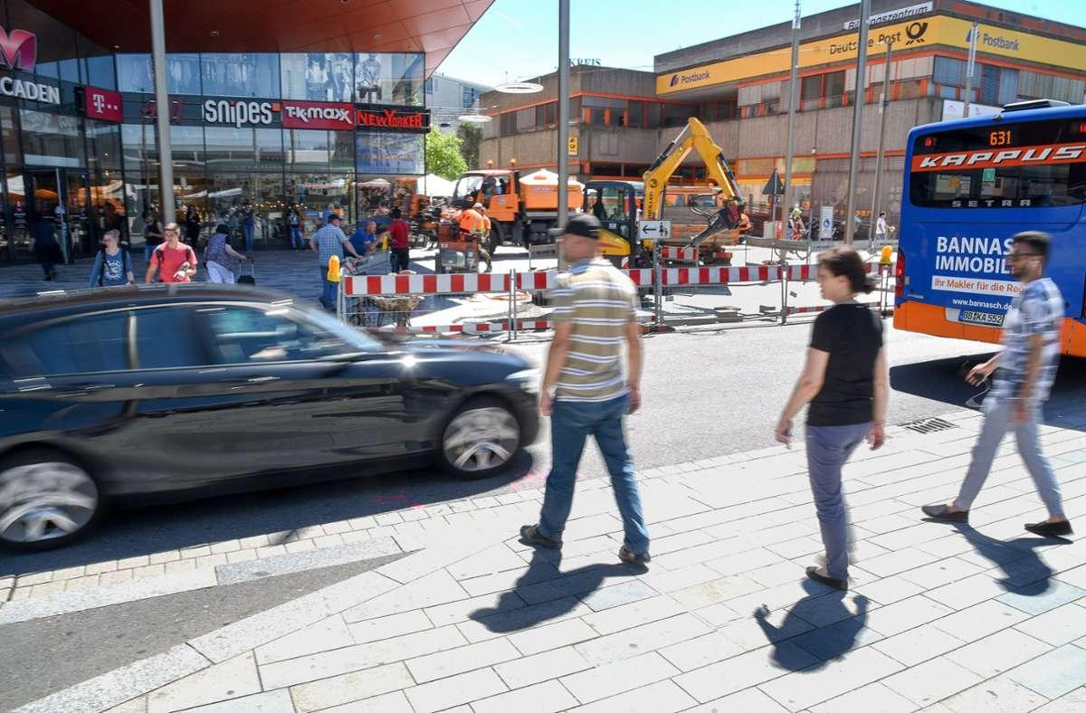 Typisches Bild am Fußgängerübergang vom Bahnhof zur Bahnhofstraße: Autofahrer ignorieren das Durchfahrtsverbot auf der Talstraße (Archivbild). Foto: Kreiszeitung Böblinger Bote/Thomas Bischof