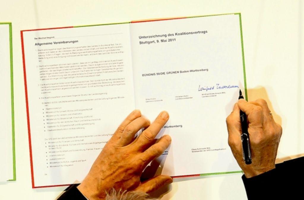 Im Mai 2011 setzte Ministerpräsident Winfried Kretschmann seine Unterschrift unter den Koalitionsvertrag - die darin enthaltenen Vereinbarungen zur Sanierung des Landeshaushalts bergen allerdings ein gewisses Konfliktpotenzial für Grün-Rot. Foto: dpa