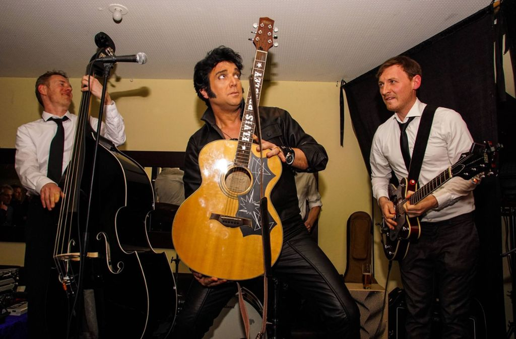 Elvis-Interpret Nils Strassburg mit seiner Band beim Auftritt in der Liederhallen-Bar Note.  Foto: Andy Werner/7aktuell