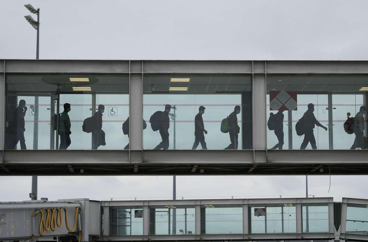 Frankreich hat in diesen Tagen viele Afghanen aus Kabul ausgeflogen. Das Bild zeigt einige bei der Ankunft in Paris. Mindestens fünf Männern wird nun vorgeworfen, direkten Kontakt zu den Taliban gehabt zu haben. Foto: dpa/Francois Mori