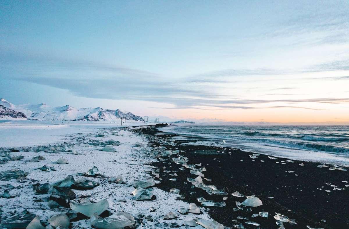 Isländische Fjordlandschaften, Eis und ein ländliches Dorf bilden die Kulisse für Hallgrímur Helgasons Roman. Foto: imago images/Cavan Images