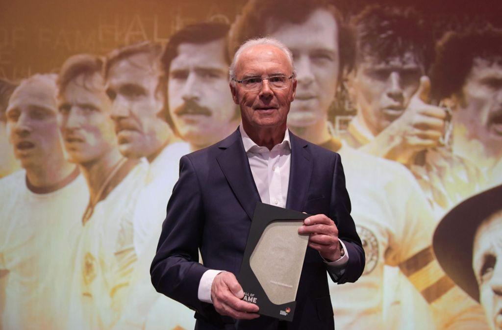 """Franz Beckenbauer, geboren am 11. September 1945 in München, ist eine der schillernsten Persönlichkeiten im Fußball weltweit. Als Mannschaftskapitän gewann er mit der deutschen Auswahl 1972 den Europameister- und 1974 den Weltmeistertitel. Auch nach dem Ende seiner aktiven Karriere blieb der """"Kaiser"""" im Rampenlicht, als Teamchef der Weltmeistermannschaft von 1990, als Präsident (1994 bis 2009) und Aufsichtsratsvorsitzender des FC Bayern München, als Präsident des Organisationskomitees der Fußball-WM 2006, als DFB-Vizepräsident (1998 bis 2010) oder als Mitglied des Fifa-Exekutivkomitees (2007 bis 2011).   Foto: dpa"""