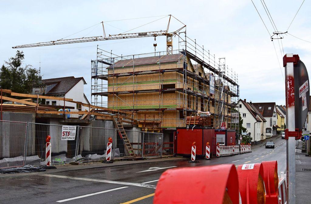Die Häuser in Holzbauweise an der Hechinger Straße wachsen zügig in die Höhe. Im Frühsommer soll das letzte fertig sein, so der Plan. Foto: Alexandra Kratz