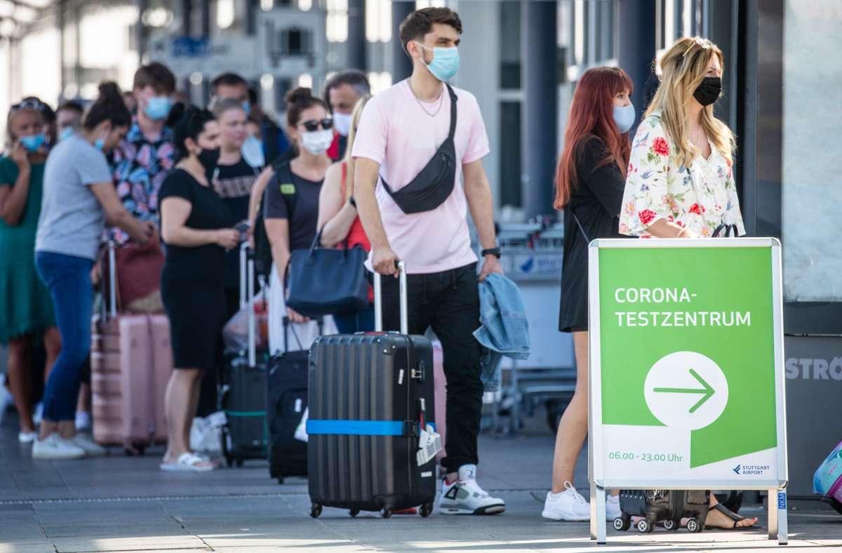 Nach dem Urlaub ist vor dem Test: Am Stuttgarter Flughafen bildeten sich teils lange Schlangen. Foto: dpa/Christoph Schmidt