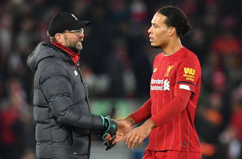 Jürgen Klopp und  Virgil van Dijk: Die Liverpooler setzen ein Zeichen gegen Rassismus. Foto: AFP/PAUL ELLIS