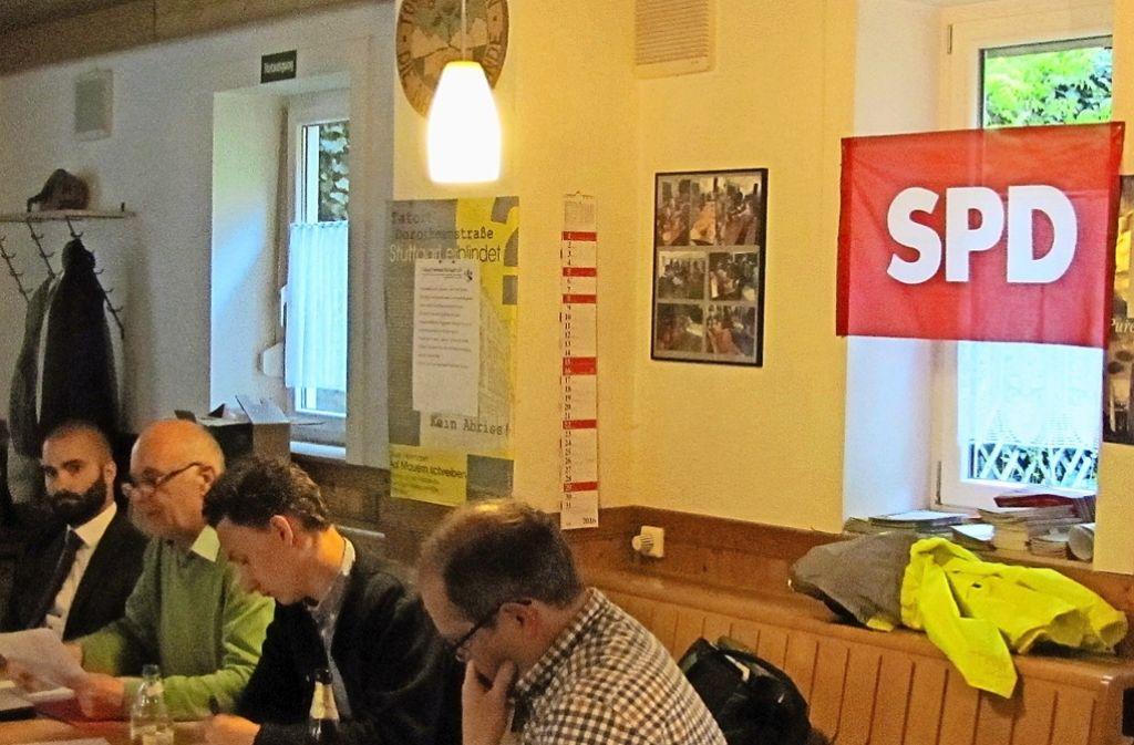 Die  Mitglieder  des Vorstands der Degerlocher SPD blicken   bei der Aussprache über  die Lage der Partei ernst in die Runde. Foto: Cedric Rehman
