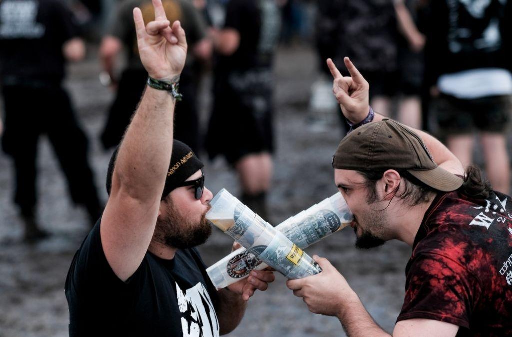 Die Heavy-Metal-Fans feierten ausgelassen auf dem Wacken. Weitere Bilder vom letzten Festivaltag gibt es in unserer Fotostrecke. Foto: dpa