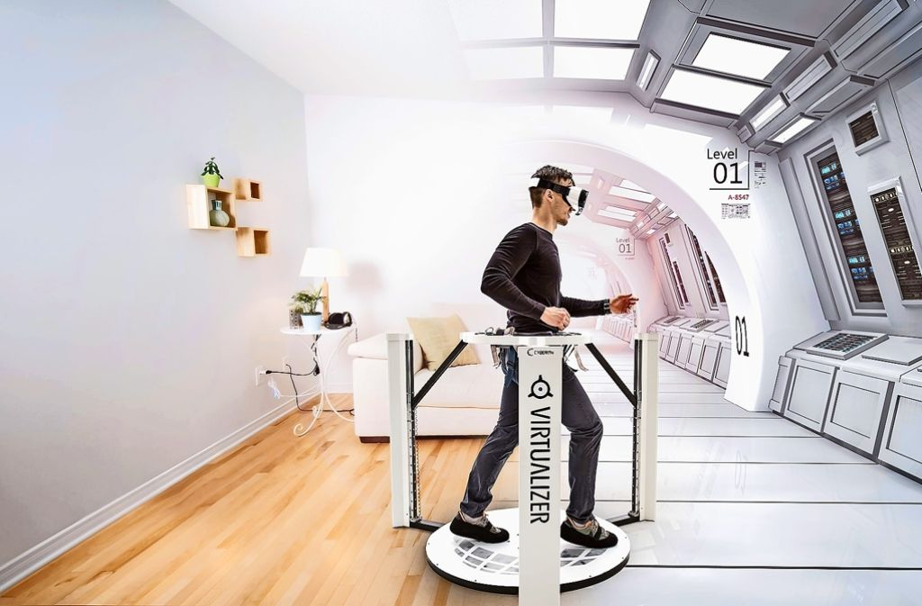 Aufbruch in neue Spielewelten: Der Virtualizer von Cyberith verbindet ein Laufgerät mit einer Virtual-Reality-Brille. Auf diese Weise soll man ganz natürlich durch virtuelle Welten laufen können. Foto: Foto: Cyberith