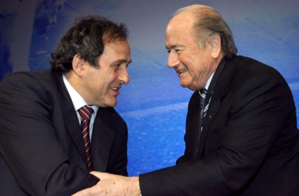 Fifa-Präsident Joseph Blatter (rechts) 2007 zusammen mit dem Uefa-Präsidenten Michel Platini in Düsseldorf. Blatter beschuldigt Platini jetzt in einem Interview, den Fifa-Skandal provoziert zu haben. Foto: dpa