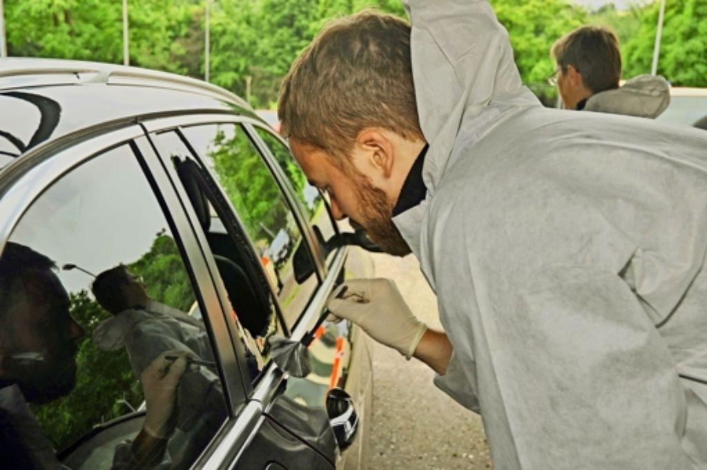 Die Kripo untersucht jeden aufgebrochenen Wagen auf Spuren der Täter. Zwei Verdächtige wurden schon festgenommen. Foto: Andreas Rosar