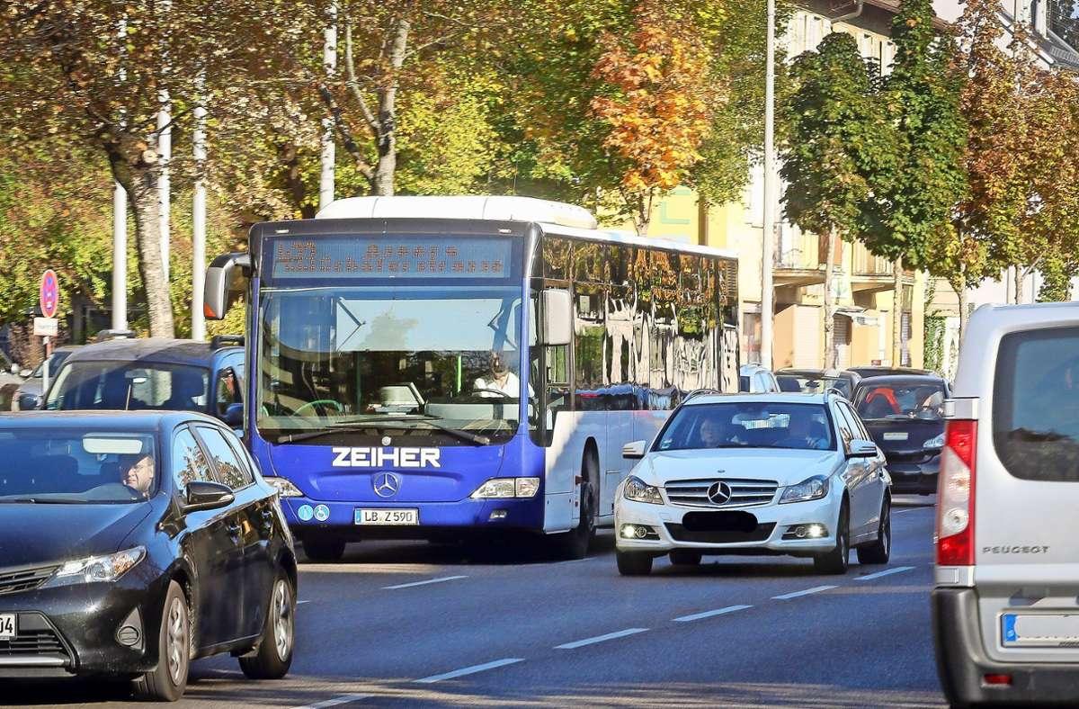 Ein Bus, eingekeilt auf der Schorndorfer Straße: Solche Bilder sollen in Ludwigsburg bald  der Vergangenheit angehören. Foto: factum/Archiv