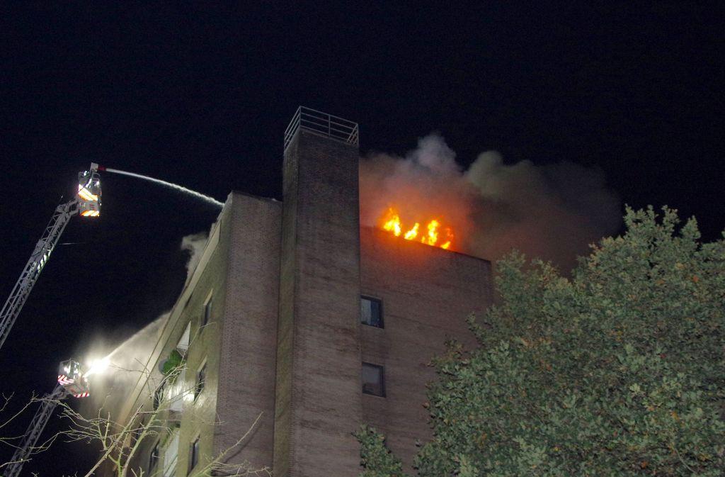 Bei einem Hochhausbrand in Delmenhorst sind drei Menschen verletzt worden. Foto: dpa