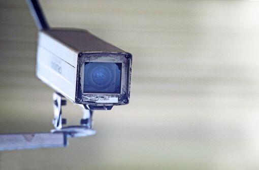 Lehrer installiert Kamera in Damenumkleide