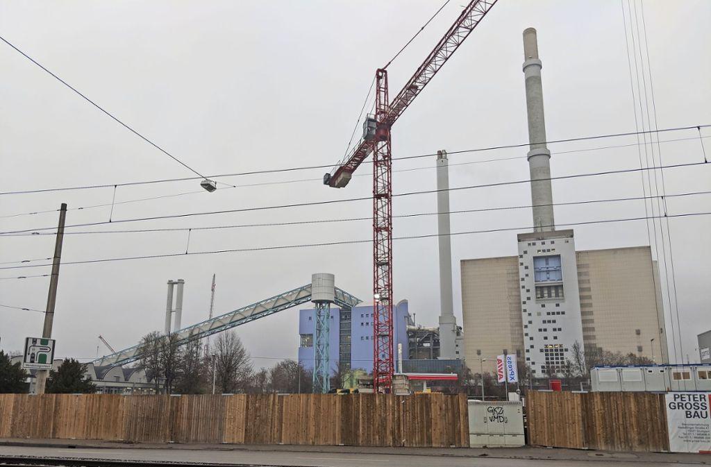 Das Kraftwerk Gaisburg von der Ulmer Straße aus gesehen: rechts die alten Gebäude und Schornsteine, links hinter dem Förderband die neuen, kleineren Schornsteine. Foto: Jürgen Brand