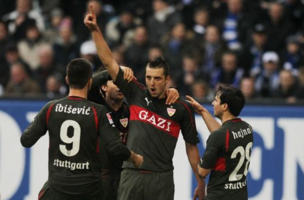 Zdravko Kuzmanovic vom VfB Stuttgart jubelt mit seinen Mannschaftskollegen. Der Serbe hat zwei Toren beim 4:0-Sieg gegen den Hamburger SV geschossen. Foto: dpa