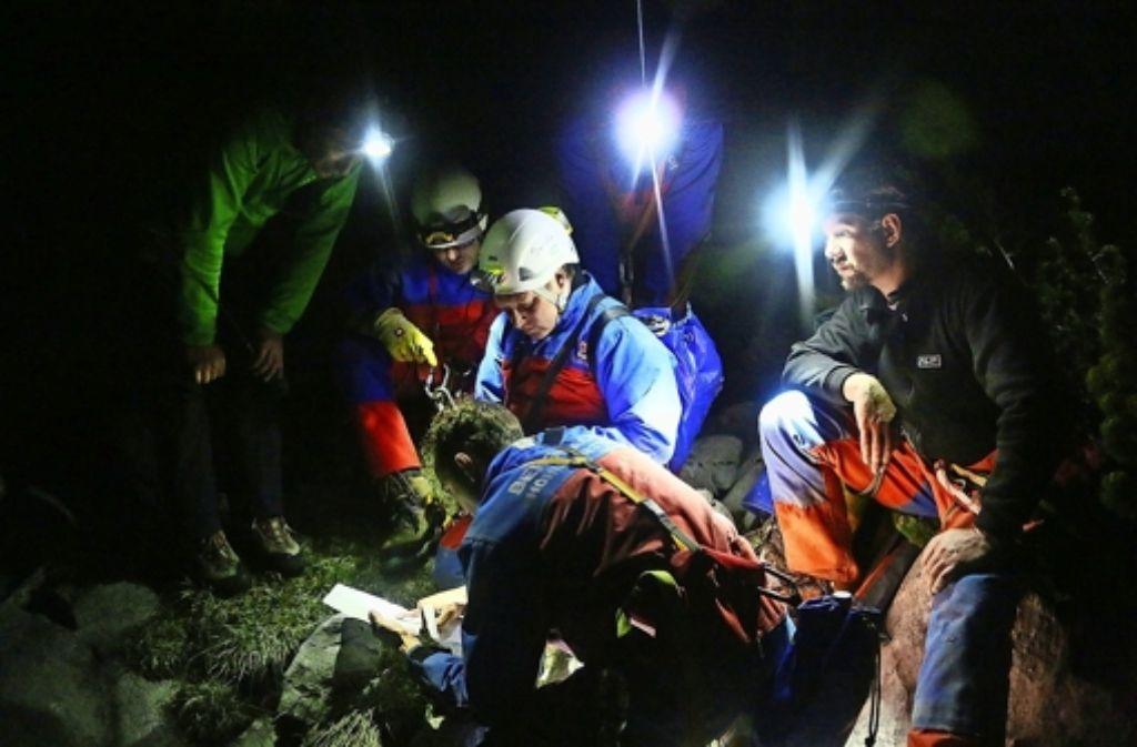 Sie arbeiten die Nacht durch:  Einsatzkräfte der Bergwacht stimmen das weitere Vorgehen ab. Foto: