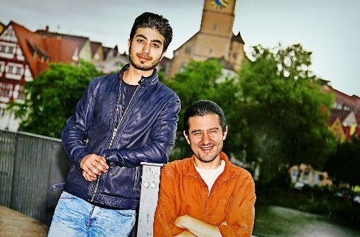 Kenan Alhalabi und Safian Khir Hinaidi (rechts) vor der Nürtinger Silhouette Foto: Ines Rudel