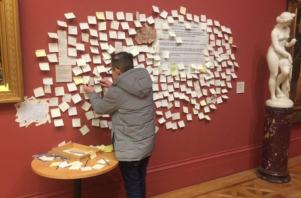 """In der Manchester Art  Gallery pinnt ein Besucher  einen Kommentar an die Stelle, an der das Gemälde """"Hylas und die Nymphen"""" (1896) von John William Waterhouse hing. Die Metoo-Bewegung  hat letztlich dazu geführt, dass das Gemälde  entfernt wurde. Foto: dpa"""