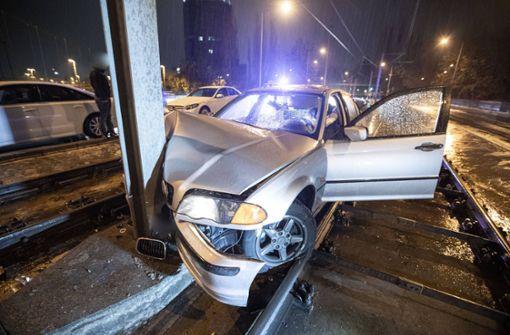 BMW landet im Gleisbett und kracht gegen Mast