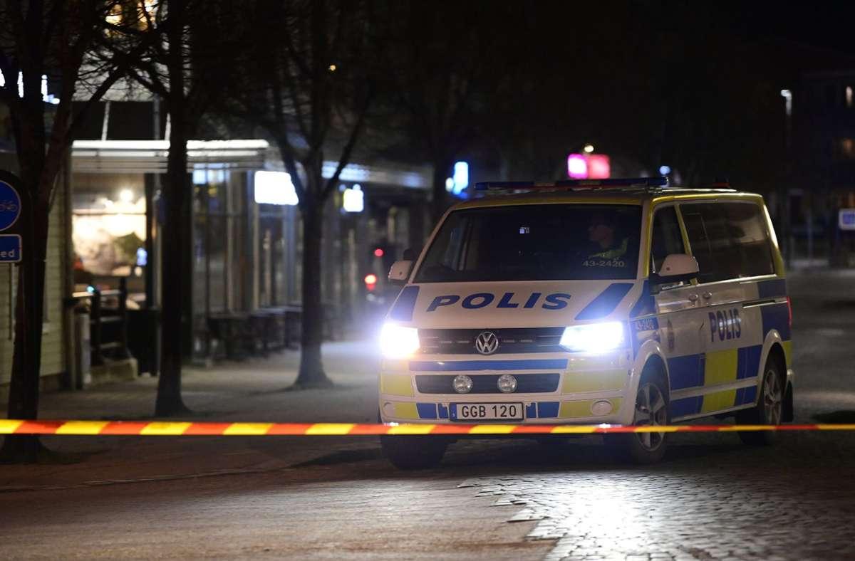 Ein Polizeiwagen steht an einem abgesperrten Bereich nach einem Angriff auf mehrere Menschen in Vetlanda. Foto: dpa/Mikael Fritzon