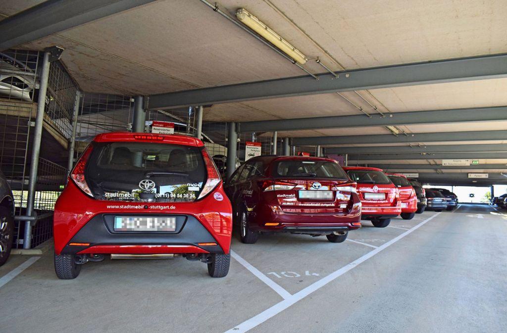 Vier rote Stadtmobil-Autos stehen im Parkhaus des Filderstädter Bahnhofs. Foto: Patrick Steinle
