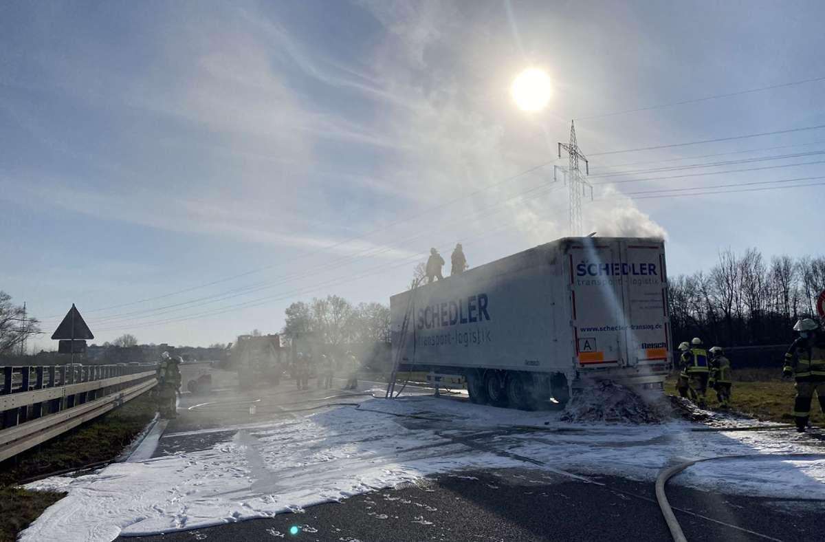 Nachdem der Fahrer das Feuer bemerkt hatte, koppelte er den Anhänger vom Zugfahrzeug ab. Foto: SDMG/SDMG / Kohls