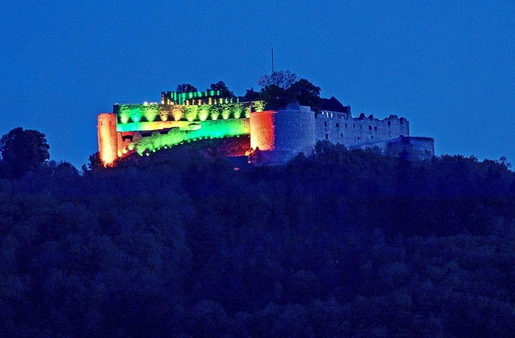 In schillernden Farben hat sich die Burg Hohenneuffen am Mittwochabend präsentiert. Foto: /Horst Rudel