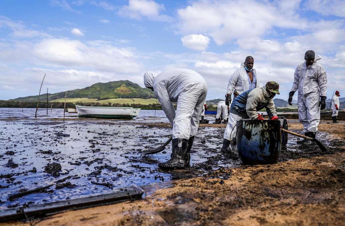 Mehr als 1000 Tonnen Öl sind aus dem Frachter vor Mauritius bislang ausgetreten Foto: AFP/DAREN MAUREE