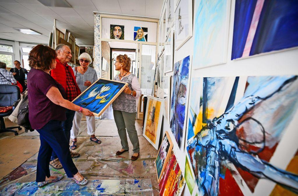 Die Ditzinger Künstlerin Barbara Fauser (rechts) zeigt beim Tag der offenen Tür im Atelier No2 einen Querschnitt ihrer Werke.Bald schließt die Tür für immer: Das Atelier No2 in Ditzingen macht zu. Zuvor war es ein Café, dann ein Treff für Ältere. Foto: factum/Granville