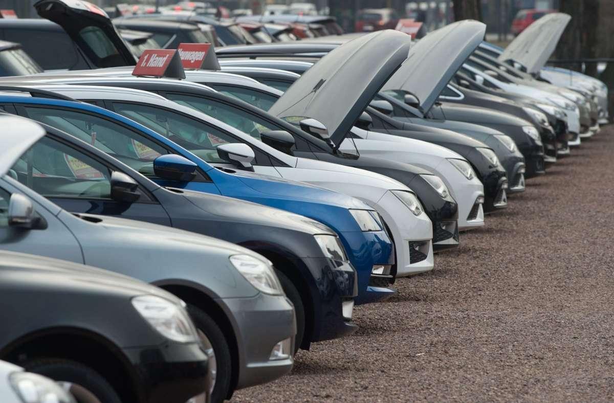 Viele Autohändler bleiben derzeit auf ihren Fahrzeugen sitzen. Foto: dpa/Sebastian Kahnert