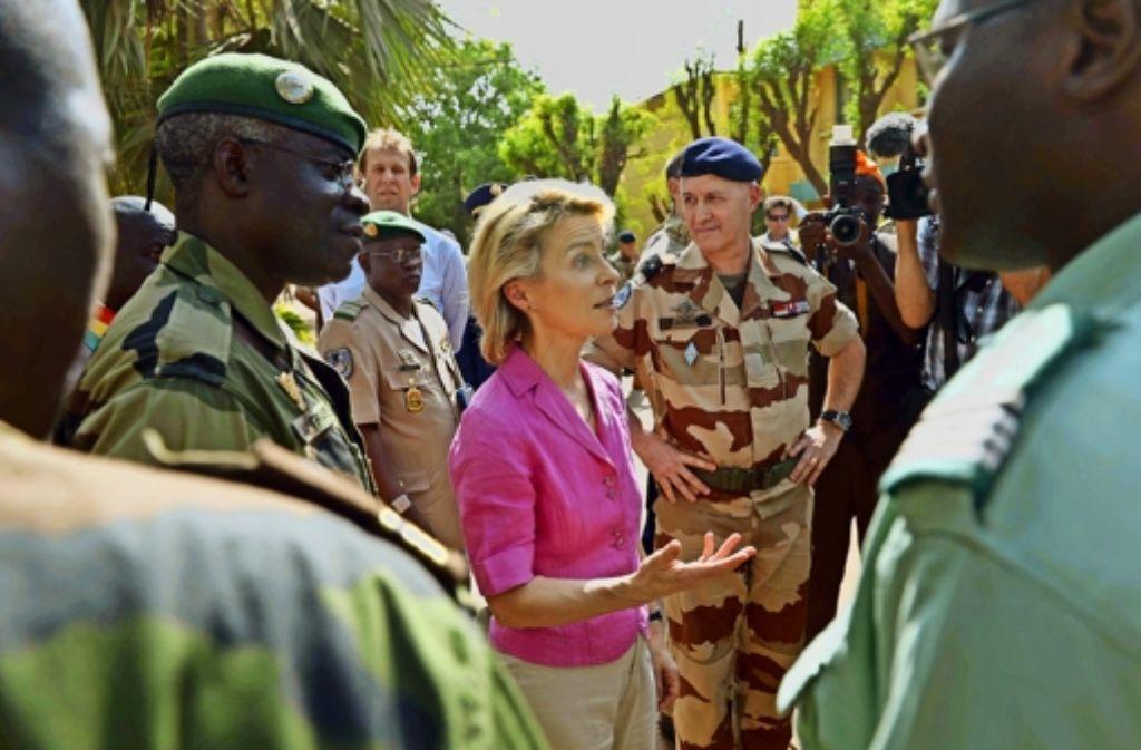 Unterstützung für Mali im Anti-Terror-Kampf: Im Februar 2014 besuchte Ministerin Ursula von der Leyen Soldaten im Trainingscamp in Koulikoro Foto: dpa