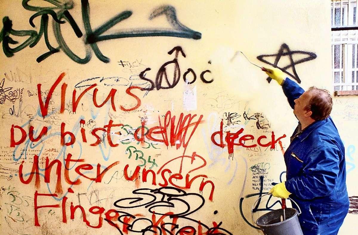 Die Stadt Stuttgart rät: Graffiti müssen so schnell wie möglich runter von der Wand. Foto: dpa/Jens B}ttner