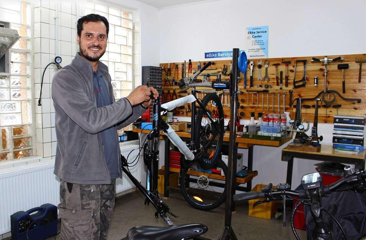 Bogdan-Alexandru Raducu in seiner kleinen Werkstatt Alles-Rad in Plattenhardt. Foto: /Holowiecki