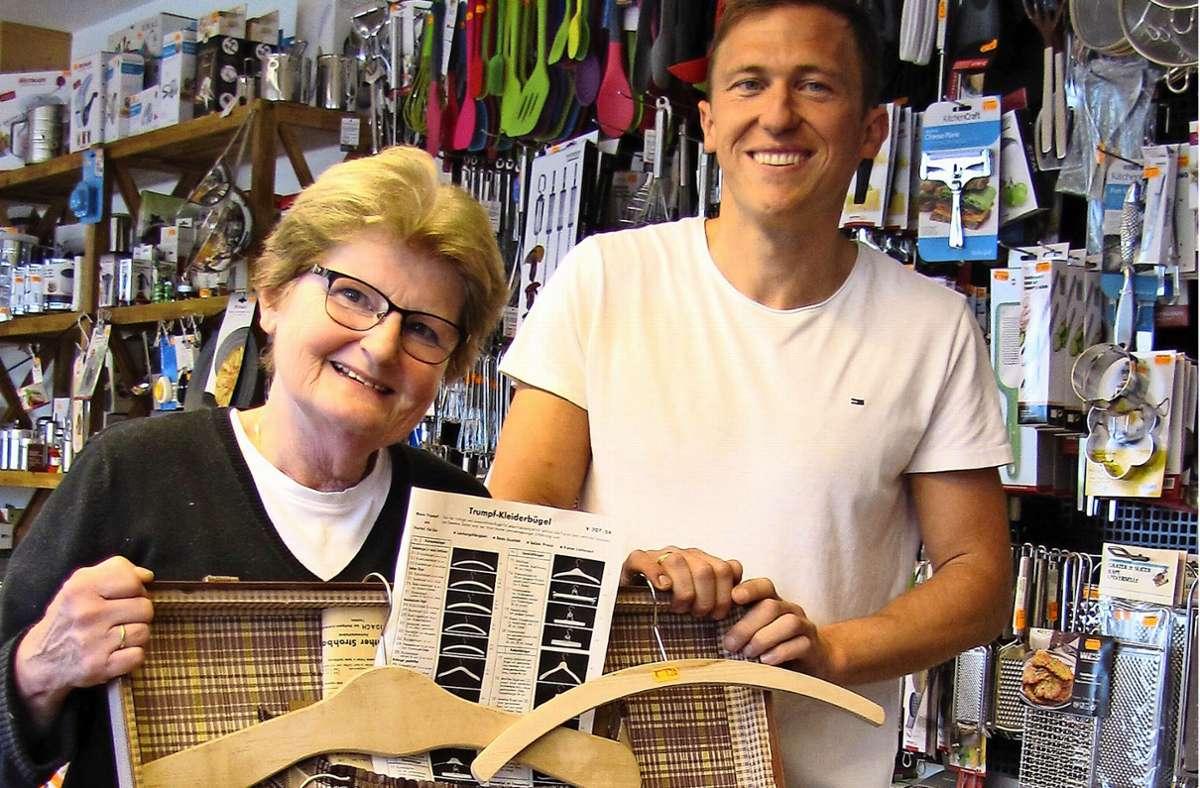 Daniel Strohbach und seine Schwiegermutter Ursula Strohbach mit dem Koffer, mit dem Firmengründer Günther Strohbach Anfang der 1950er Jahre zu  den Kunden ging. Damals produzierte dieser in Stetten Holzkleiderbügel. Foto: Claudia Barner