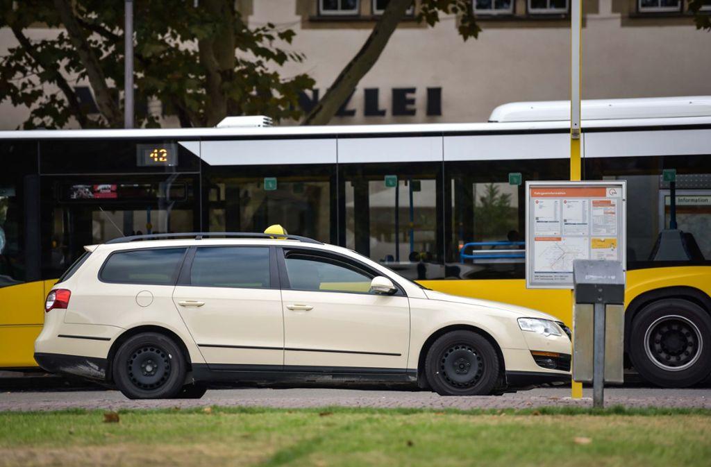 Taxifahrer haben es in Stuttgart nicht leicht. Die Auslastung ist gering, die Kosten hoch. Ein Gutachten ergab, dass viele Unternehmer unter dem Existenzminimum liegen. Foto: Lichtgut/Max Kovalenko